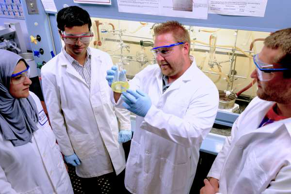 Medicinal chemists at the 佛罗里达大学 College of Pharmacy are fine tuning the structural positions of chemical compounds to find the most promising drug options for killing dangerous bacterial biofilms. Rob Huigens, Assistant Professor of Medicinal Chemistry, College of Pharmacy - Dept. of Medicial Chemistry